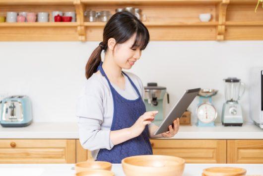 タブレットでレシピ検索する女性