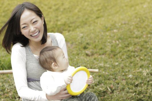 笑っているママと赤ちゃん