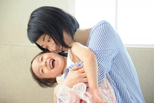 ママに抱きしめられる女の子