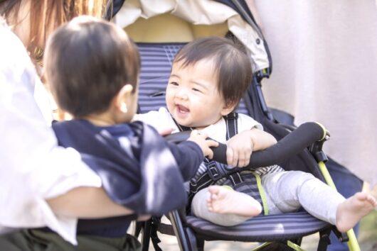 ベビーカーで笑う赤ちゃん