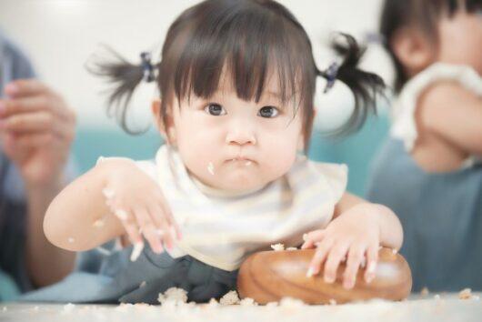 手づかみで食べる女の子
