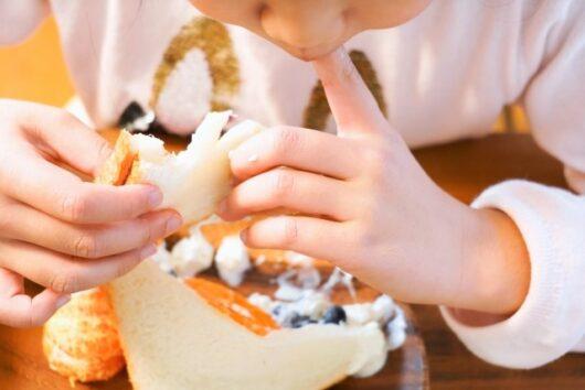 サンドイッチを食べる子ども
