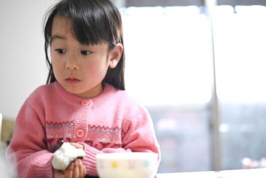 おにぎりを食べる女の子