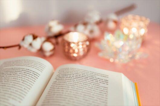 見開きの本と灯り