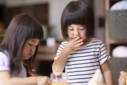 食事する女の子たち