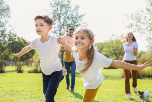 運動する子どもたち