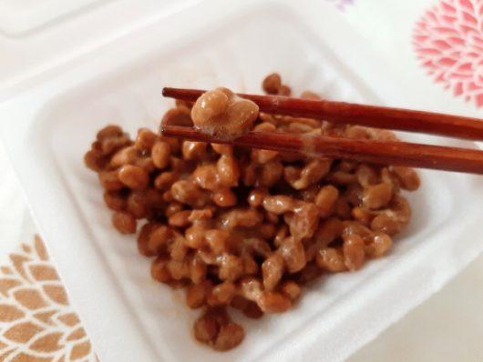 パック納豆を箸ですくう