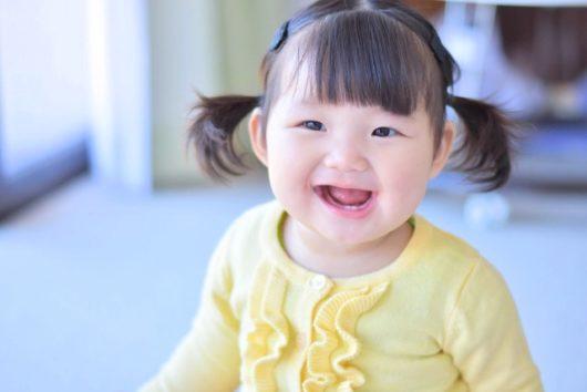 笑う女の赤ちゃん