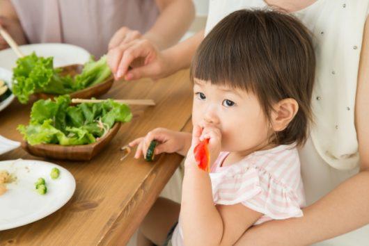 食事を楽しむ赤ちゃん