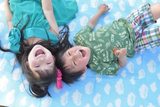 寝転んで笑う子どもたち