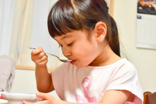 食事をする少女