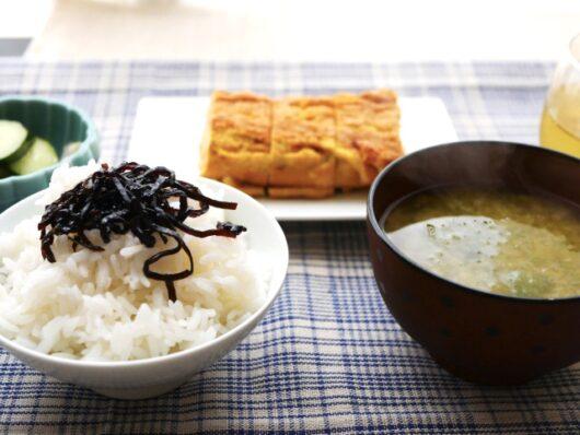 卵焼きと味噌汁の和食